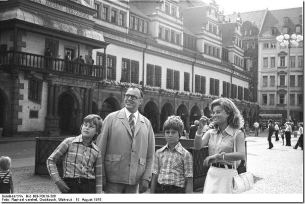 Bundesarchiv_Bild_183-P0819-306,_Leipzig,_Besuch_Helmut_Kohl_mit_Familie