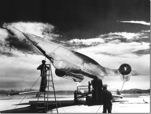 area-51-cover-up-plane-crash-intact-a-12_35803_600x450
