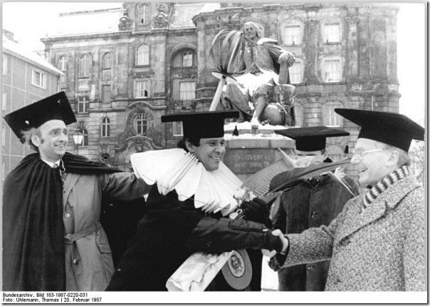 Bundesarchiv_Bild_183-1987-0220-031,_Magdeburg,_Verleihung_einer_Doktorwürde_an_kubanischen_Gaststudenten